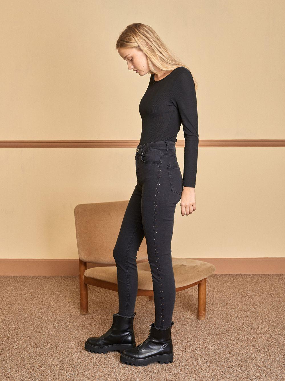 ג'ינס Skinny עם ניטים בצדדים