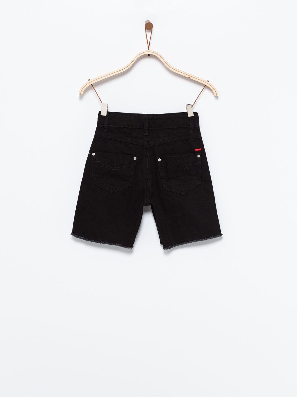 ג'ינס קצר בסיומת גזורה