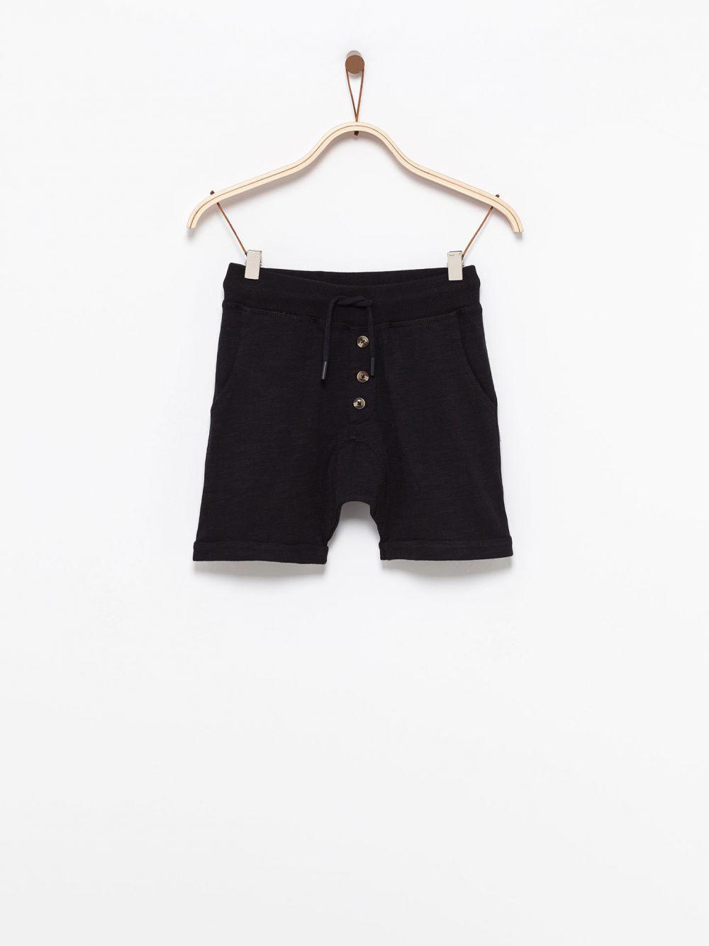 מכנסיים קצרים עם כפתורים