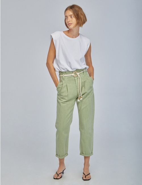 ג'ינס בגזרה גבוהה עם קפלים וחגורת קשירה