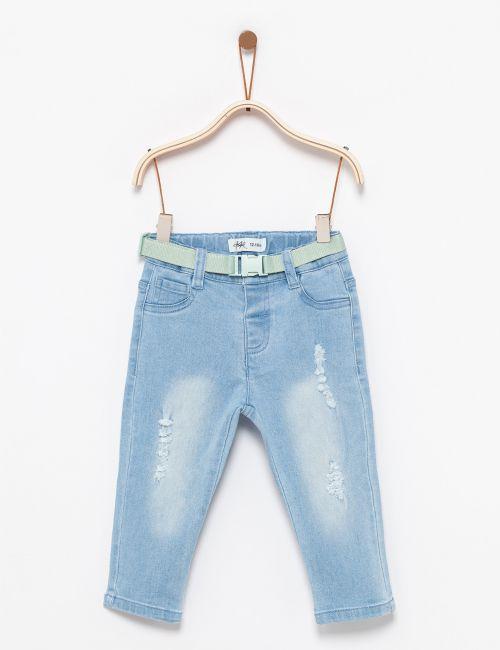 ג'ינס עם קרעים וחגורה