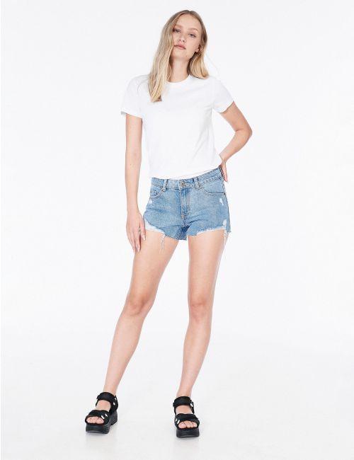 ג'ינס שורטס עם קרעים