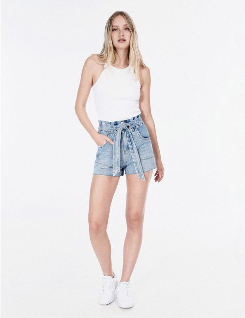ג'ינס קצר עם מותן מכווץ וחגורה