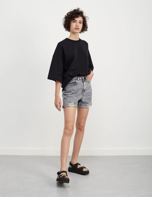 ג'ינס MOM קצר עם קרעים