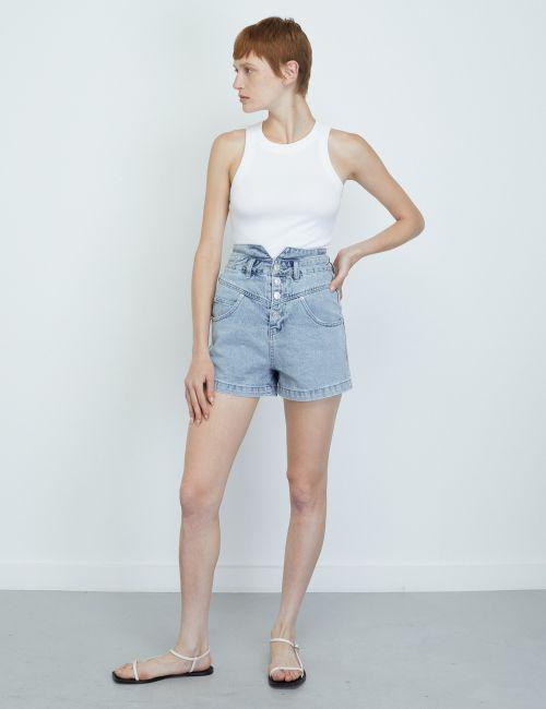 ג'ינס שורטס עם מותן גבוה וכפתורים