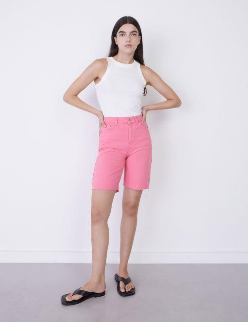 ג'ינס ברמודה במראה גזור