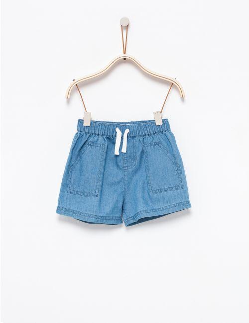 מכנסי ג'ינס קצרים עם כיסים