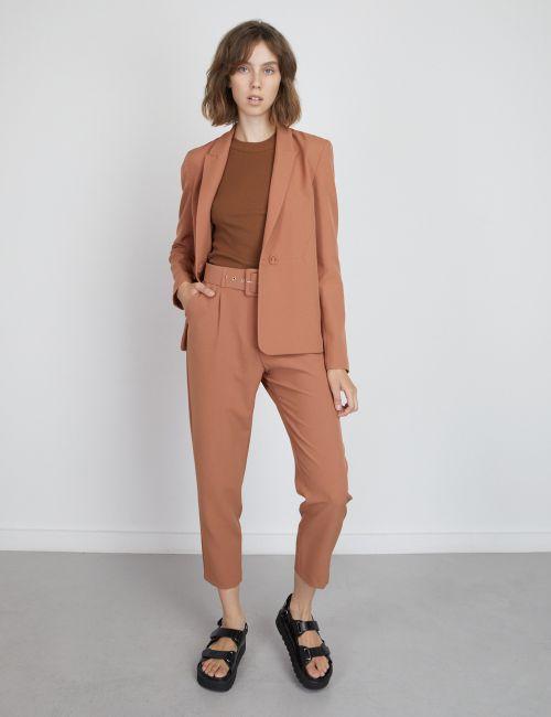מכנסיים מחוייטים עם חגורה