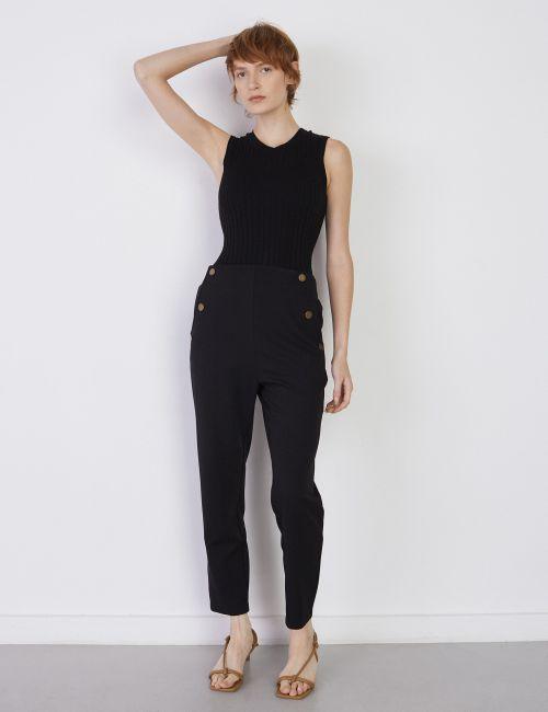 מכנסיים מחוייטים עם כפתורים