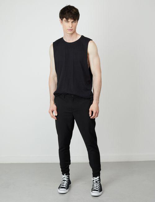 מכנסיים מחוייטים בגזרת Slim