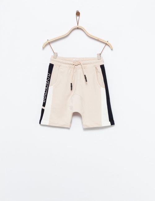 מכנסיים קצרים עם פסי צד וטקסט