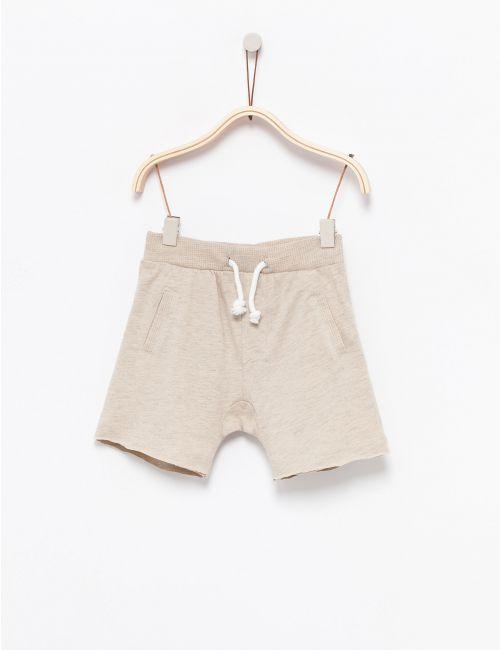 מכנסיים קצרים עם כיסים