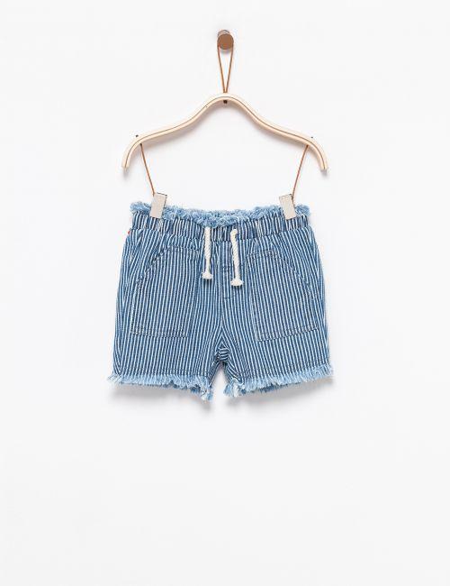 מכנסיים קצרים במראה גזור