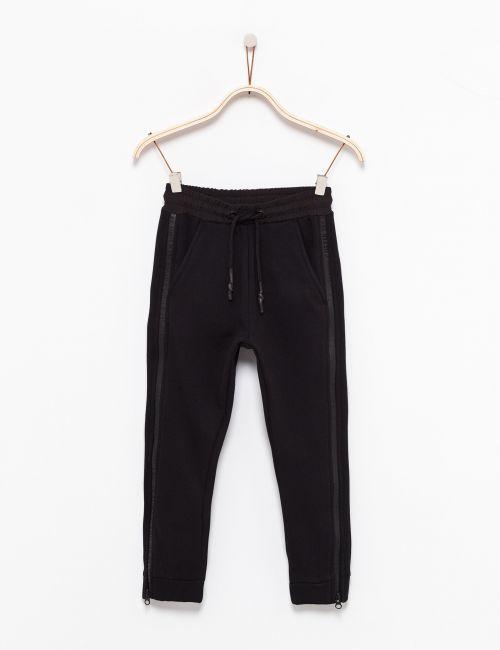 מכנסי פוטר עם כיסים ופס טקסט