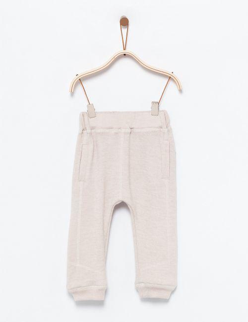 מכנסיים סרוגים עם תיפורים.