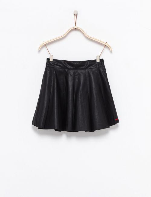 חצאית קפלים במראה עור