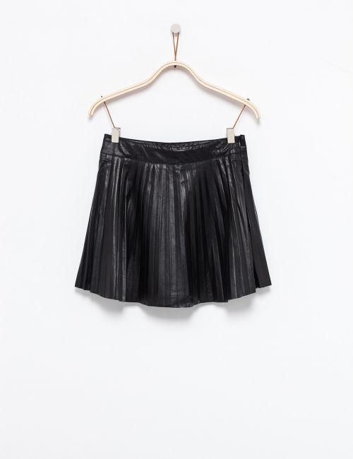 חצאית פליסה במראה עור