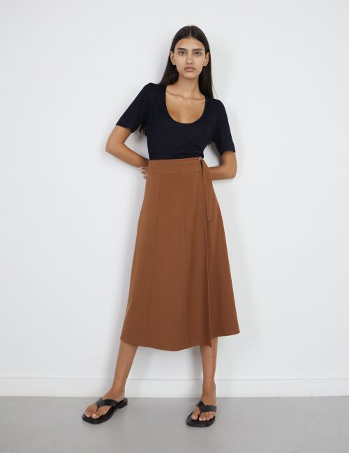 חצאית מעטפת עם חגורה