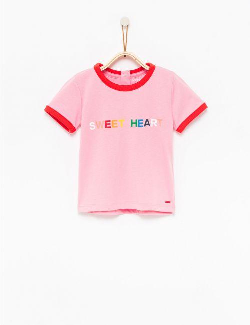 חולצת טי עם כיתוב צבעוני