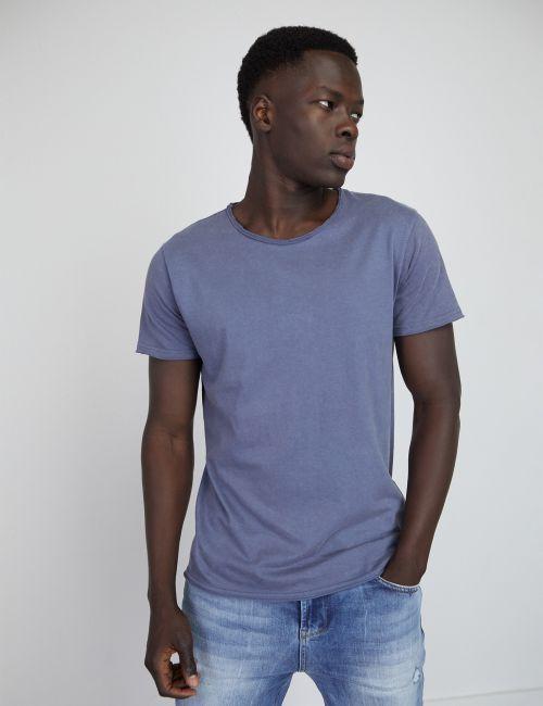 חולצת טי במראה מכובס וחתכים אחוריים