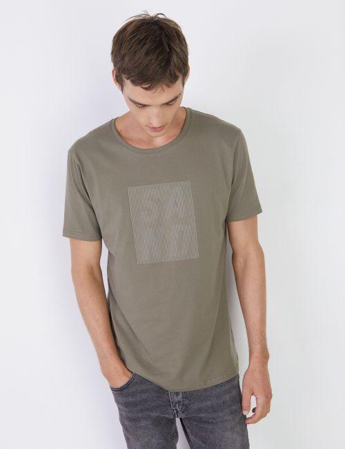 חולצת טי בגזרה צמודה עם הדפס קדמי
