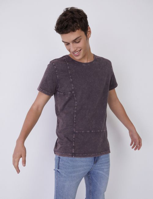חולצת טי במראה מכובס וחיתוכים