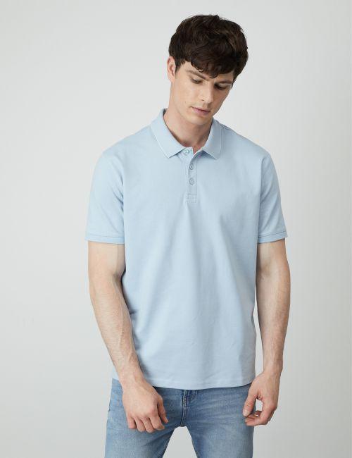 חולצת פולו עם כיתוב בצווארון