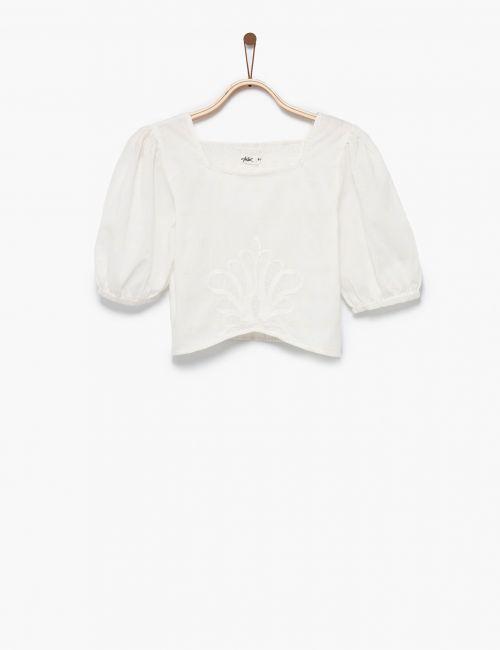 חולצה לבנה עם טקסטורה ורקמה