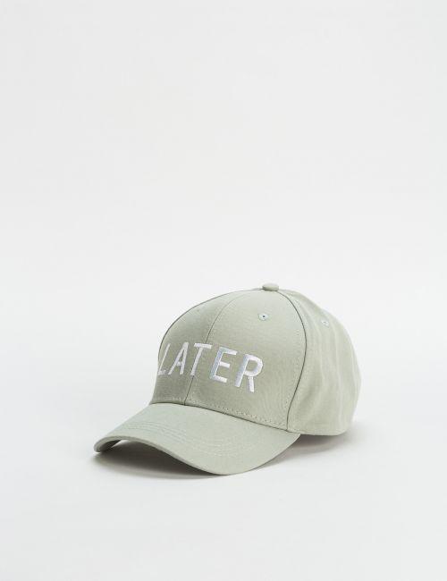 כובע מצחיה עם כיתוב